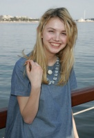 Hannah Murray grey shirt.jpg